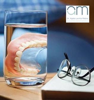 denti nel bicchiere